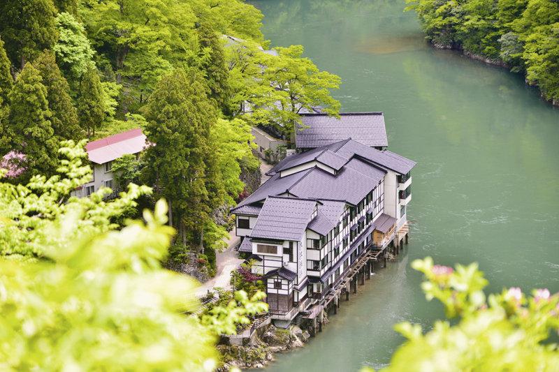 船でしか行けない!? 富山の秘境温泉宿「大牧温泉観光旅館」