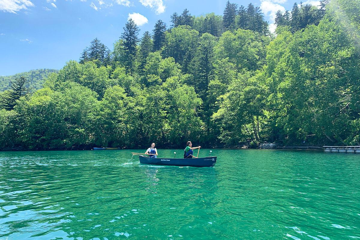 然別湖でカナディアン・カヌー。左から矢野未希子、菅原沙樹 ©TBS