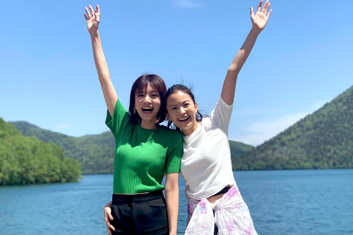 夏の北海道へ。左から菅原沙樹、矢野未希子 ©TBS