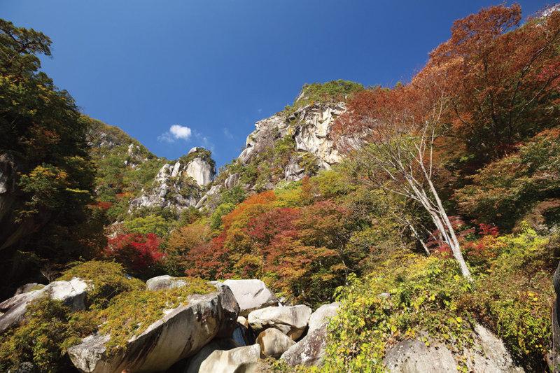 日本屈指の渓谷美を誇る名所・山梨県の「昇仙峡」! 紅葉や巨大水晶玉を楽しもう