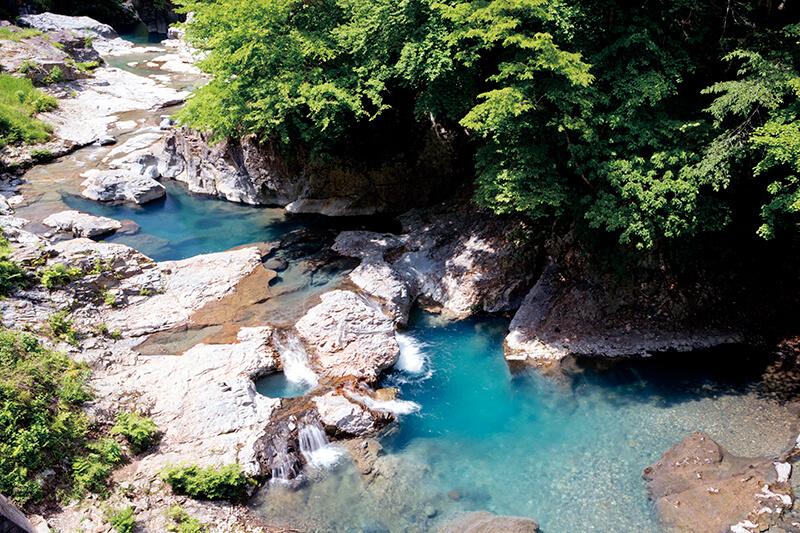 四万ブルーが美しい!! 群馬県の四万の甌穴、桃太郎の滝