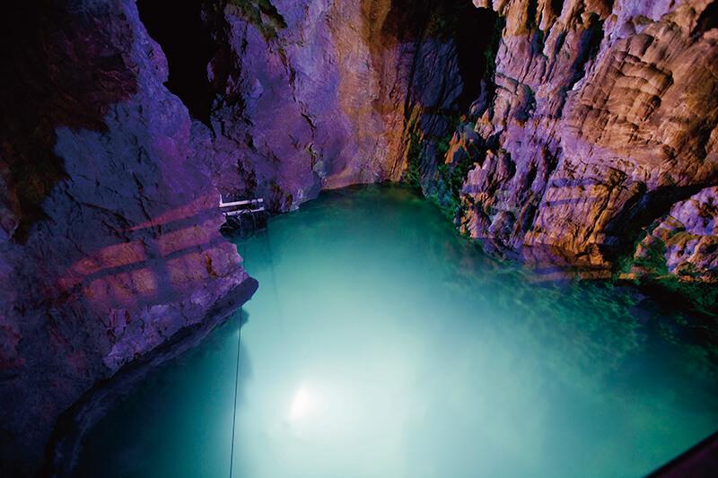 龍泉洞 鍾乳洞ライトアップ・第二地底湖