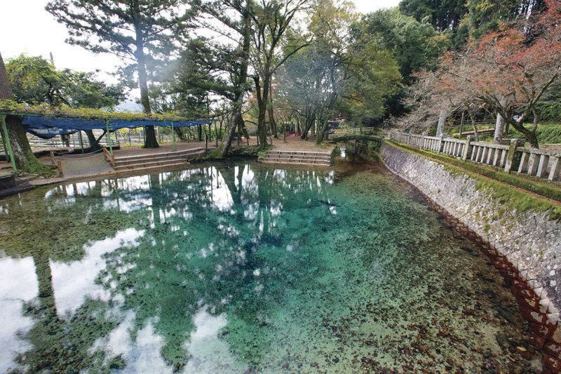 山口県美祢市のブルーに輝くフォトジェニックな別府弁天池を見に行こう!