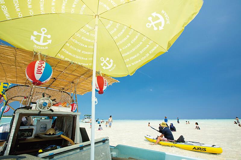 観光客で賑わう百合ヶ浜