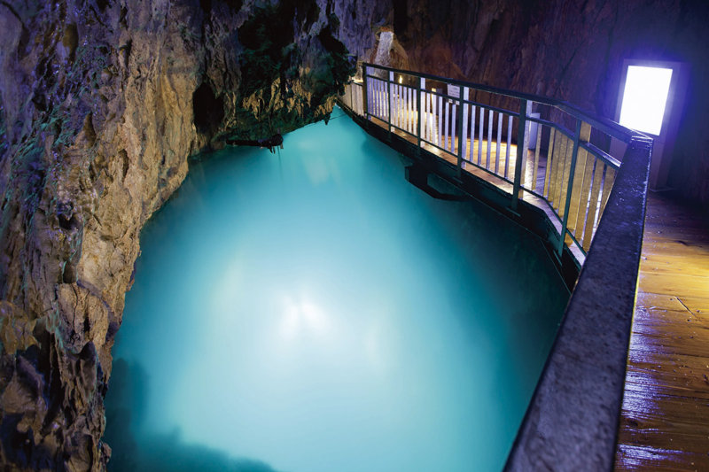 岩手県の青い絶景!! ドラゴンブルーの地底湖が見られる龍泉洞を歩いてみよう!