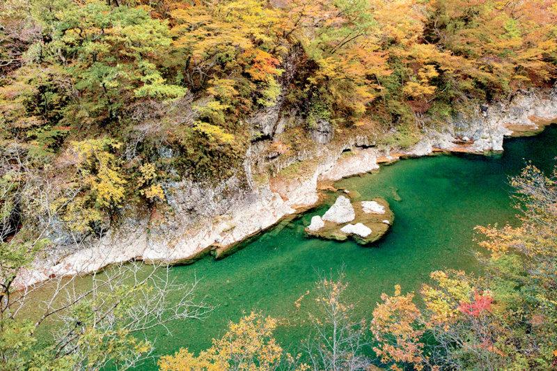 川面に映る鮮やかな色彩! 秋田の紅葉の名所「抱返り渓谷」の見どころ