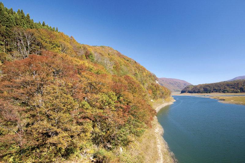 岩手県のおすすめ紅葉スポット「錦秋湖」へ行こう! 温泉付きの駅や表情豊かな滝も必見!!