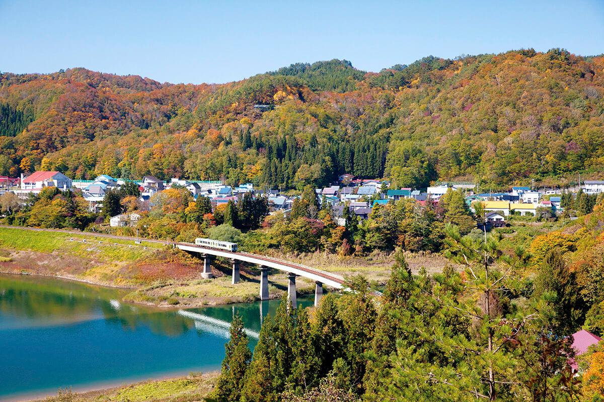 錦秋湖をわたる北上線