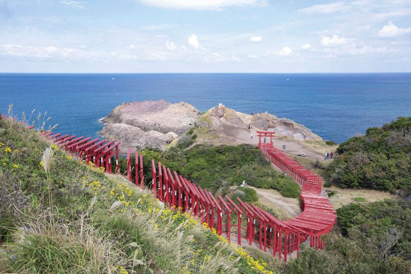 山口県の絶景スポット「元乃隅神社」青い海と真っ赤な鳥居のコントラストが絵になる
