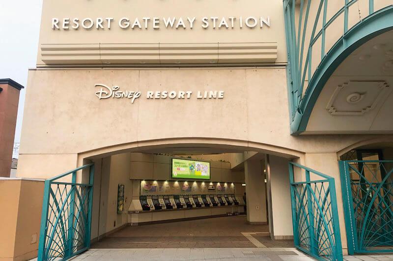 正面に向かって左にディズニーリゾートラインの駅があります