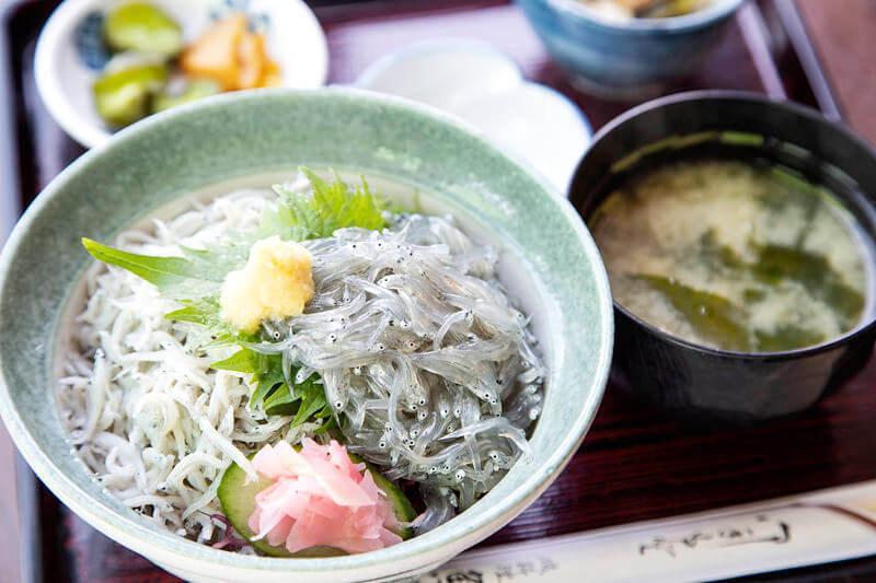 しらすハーフ丼(定食) 1,100円 / 魚見亭