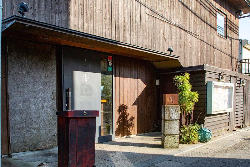 落ち着いた雰囲気の江ノ島小屋 外観