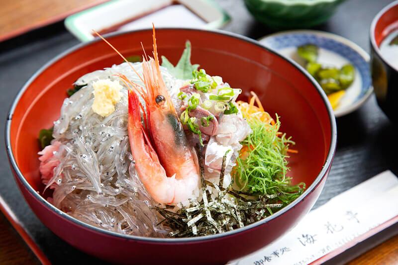 あじ生しらす丼1,620円 / 海花亭