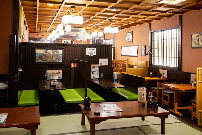 奥には蔵を改造して作られた個室もある天海の店内