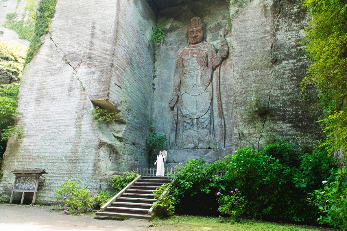 石を切り出して彫られている百尺観音