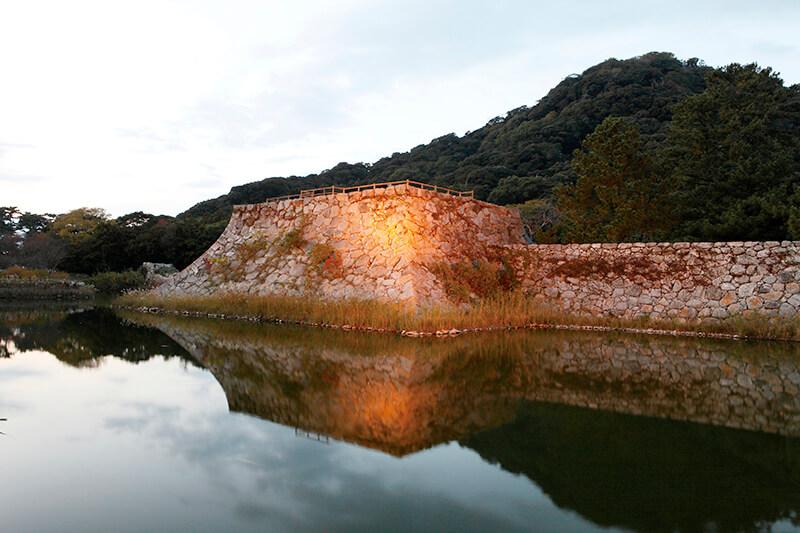 ライトアップされた萩城跡