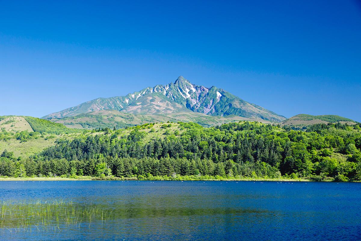 北海道 利尻島・オタトマリ沼ごしの利尻山