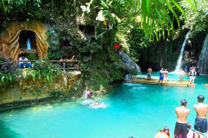 エメラルドグリーンが美しすぎる!! セブ島の神秘の滝「カワサンフォール」を楽しもう。