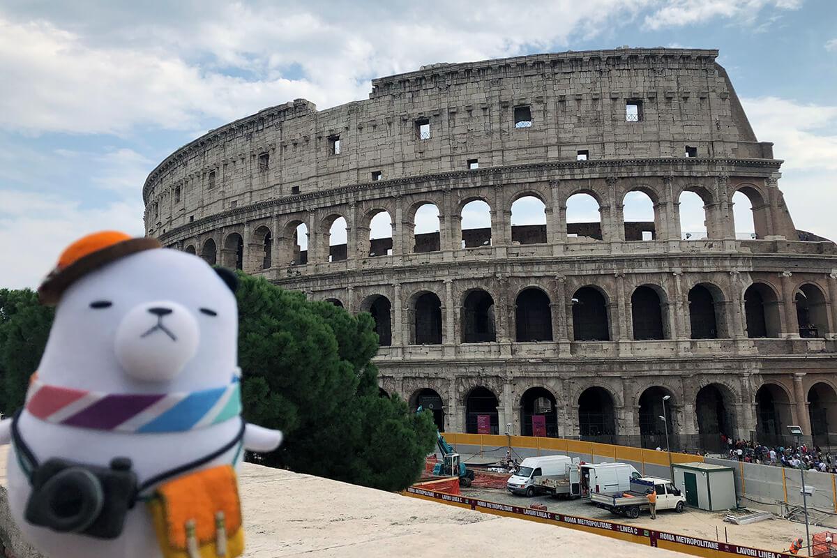 ジーンちゃんとイタリア・ローマのコロッセオ ©関西テレビ