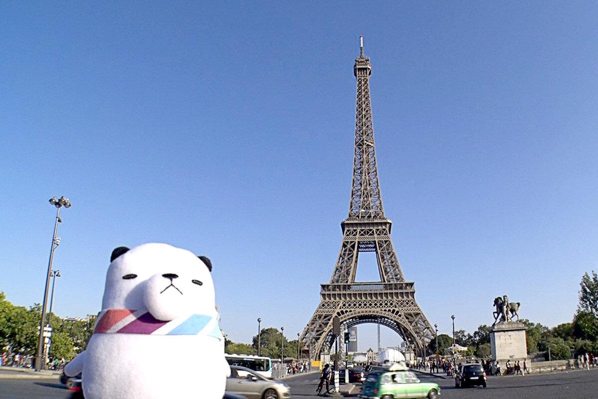 ジーンちゃんとフランス・パリのエッフェル塔 ©関西テレビ