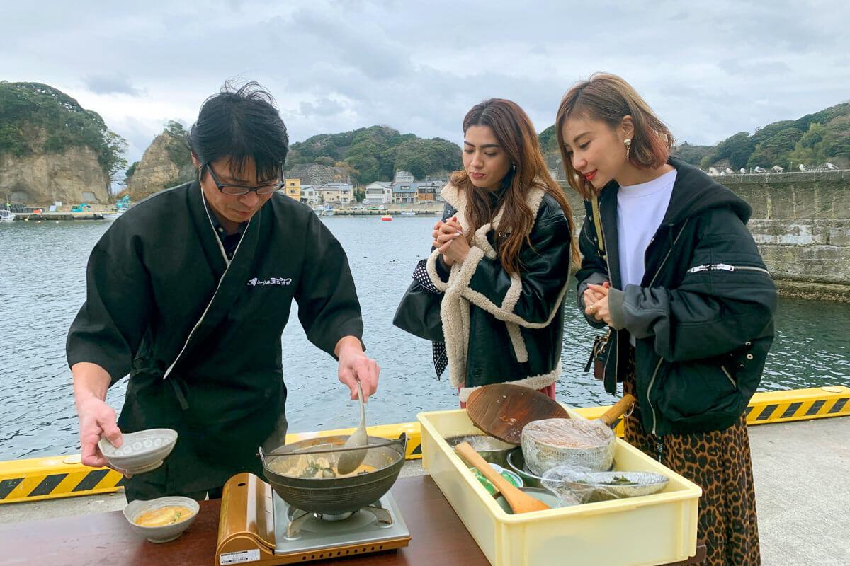 絶品漁師料理「どぶ汁」を満喫! 左からGABBY、琴之もも夏 ©TBS
