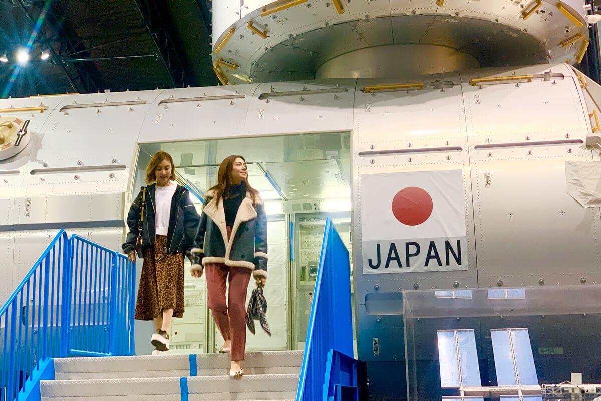 JAXA筑波宇宙センター。左から琴之もも夏、GABBY ©TBS