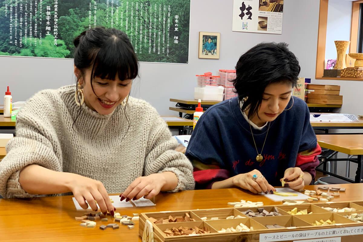 寄木コースター作りに挑戦。左から玉置成実、石井美絵子 ©TBS