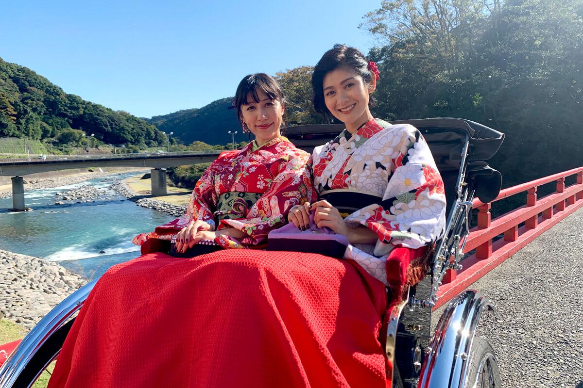 人力車で箱根湯本温泉を散策。左から玉置成実、石井美絵子 ©TBS