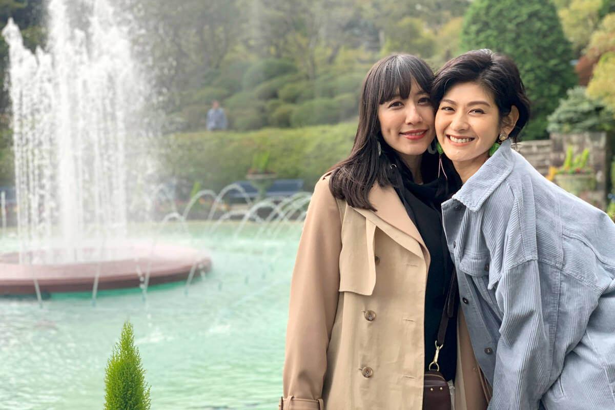 箱根強羅公園。左から玉置成実、石井美絵子 ©TBS