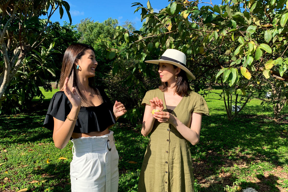 フルーツの収穫体験。左からすみれ、松島花 ©TBS