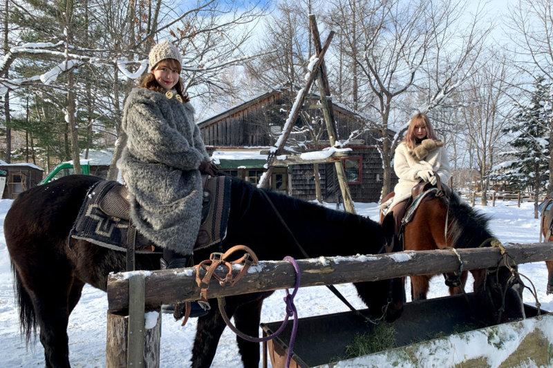 野崎萌香と中村里砂が冬の北海道へ。旭山動物園でペンギンの散歩を見学&乗馬によるスノートレッキングへ!