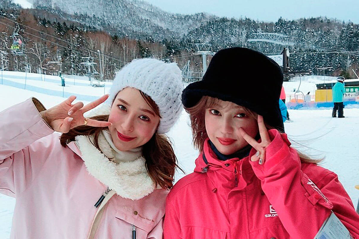 富良野スキー場。左から野崎萌香、中村里砂 ©TBS