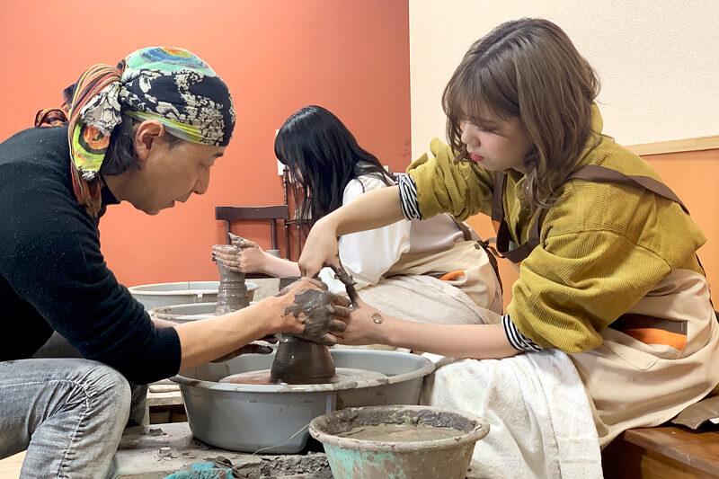 陶芸体験教室でろくろ体験。左から越智ゆらの、川後陽菜 ©TBS