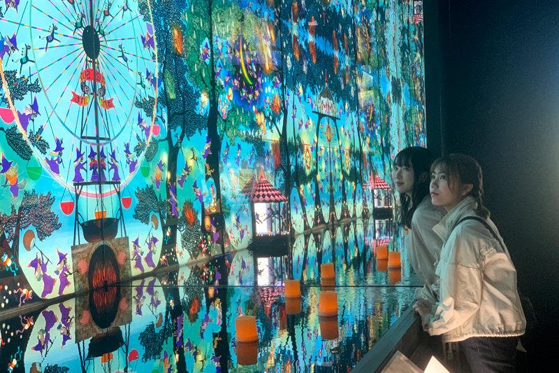 藤城清治美術館。左から越智ゆらの、川後陽菜 ©TBS