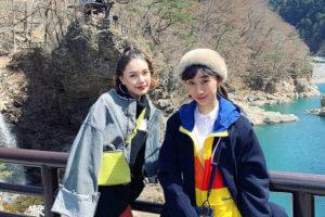 龍王峡。左から安田レイ、椎名琴音 ©TBS