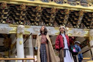 日光東照宮。左から安田レイ、椎名琴音 ©TBS