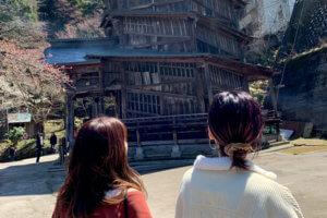 会津さざえ堂。左から小室安未、島袋聖南 ©TBS