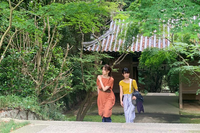 牛窓神社。左から大野いと、福田麻由子 ©TBS