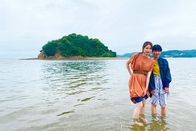 黒島ヴィーナスロード。左から大野いと、福田麻由子 ©TBS
