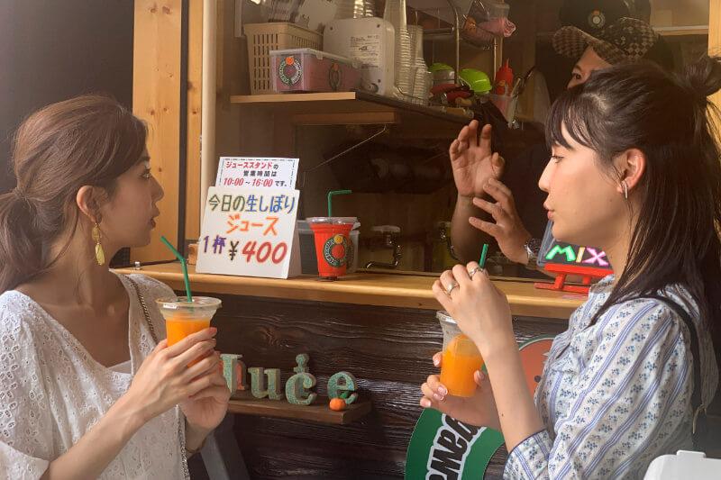 柑橘問屋・石澤商店。左から赤谷奈緒子、南條有香 ©TBS