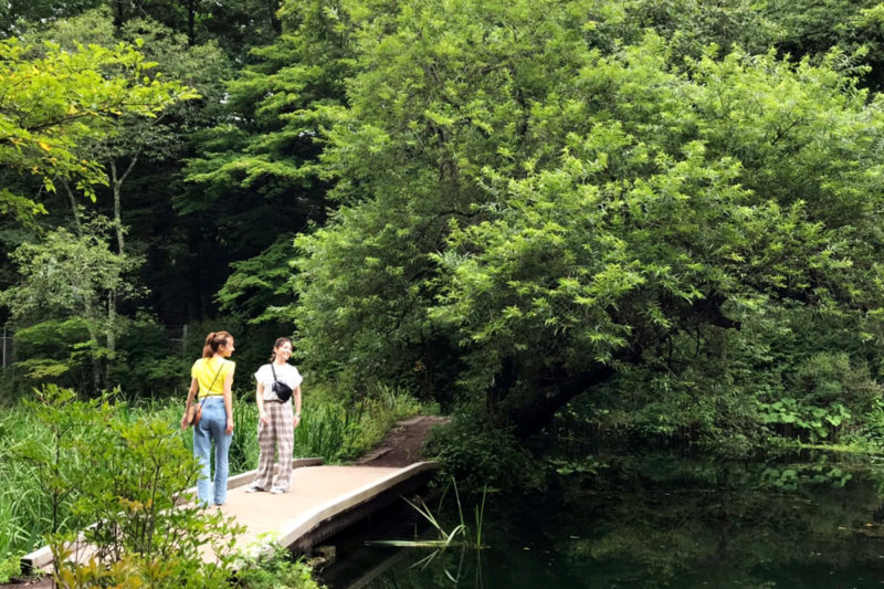 高田秋とスミス楓の軽井沢女子旅。タンデムサイクルを借りて、軽井沢の町を散策!