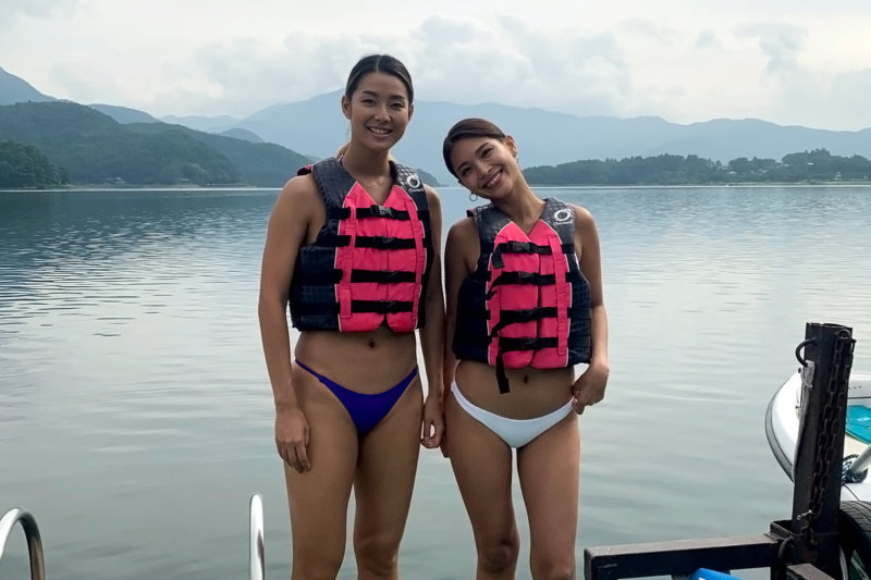 女優のすみれとマーサこと遠藤政子が夏の空気を残す富士五湖へ。二人の健康的な水着姿も必見!