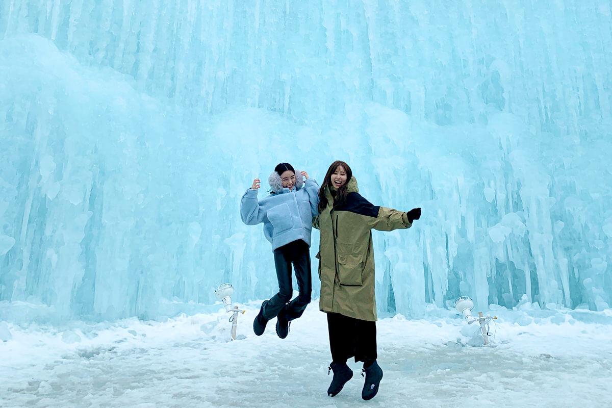 冬の北海道、支笏湖そして札幌へ。左から愛甲ひかり、愛甲千笑美 ©TBS