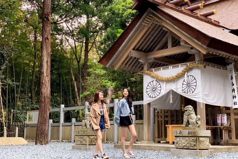 真名井神社。左からみうらうみ、黒木麗奈 ©TBS