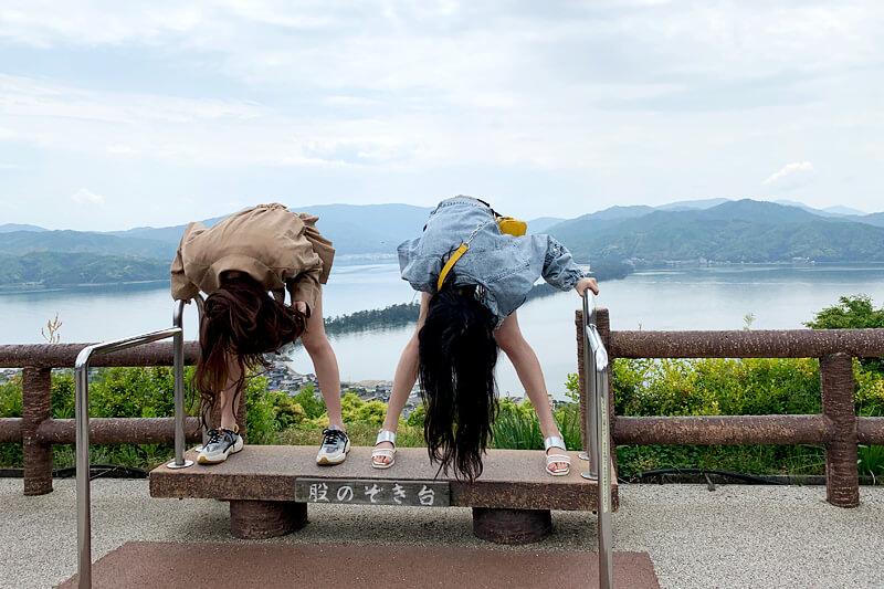 傘松公園で股のぞき。左からみうらうみ、黒木麗奈 ©TBS