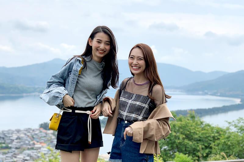 人気モデルの黒木麗奈とみうらうみが「海の京都」天橋立へ。傘松公園では股のぞき体験!