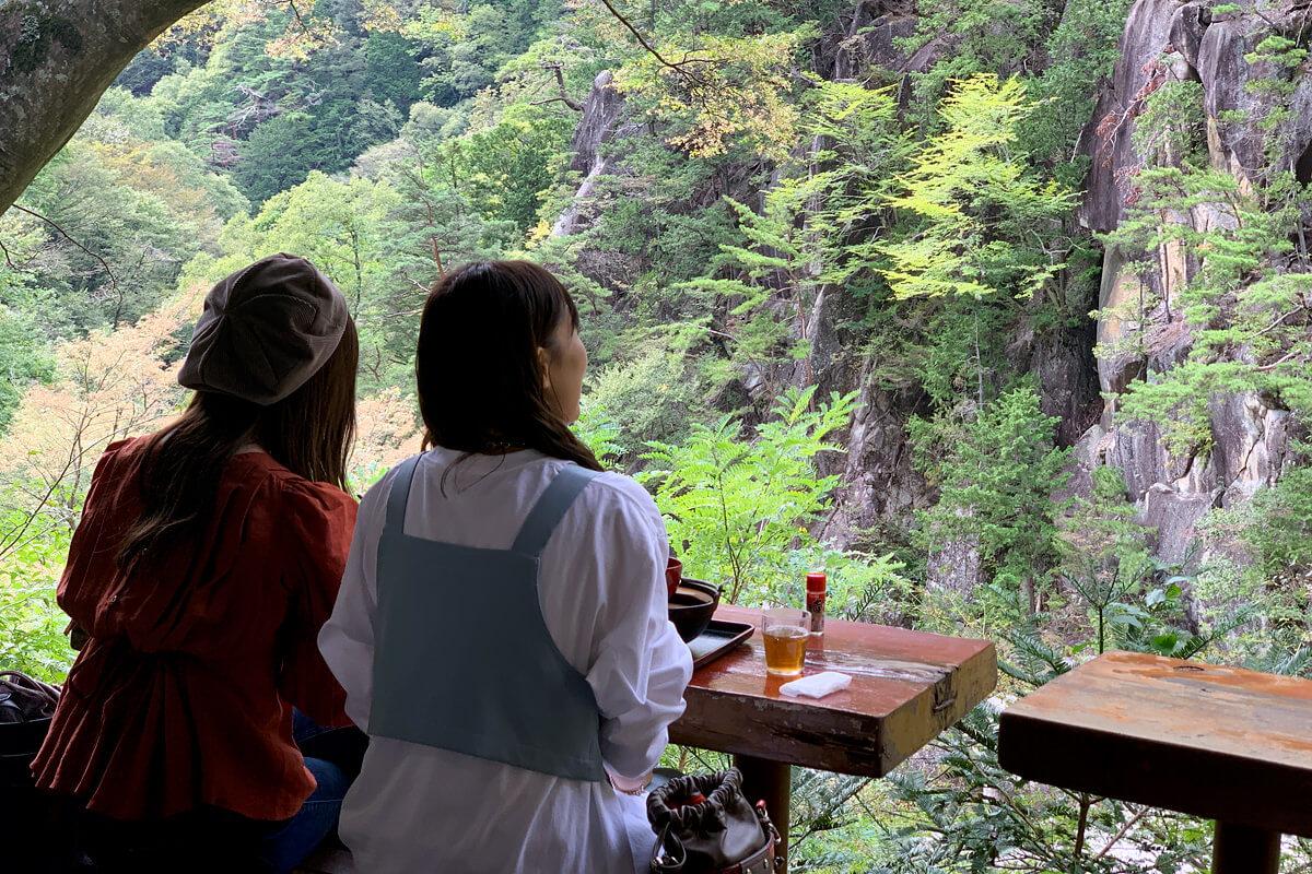 金渓館にてほうとうランチ。左から宮澤佐江、河西智美 ©TBS