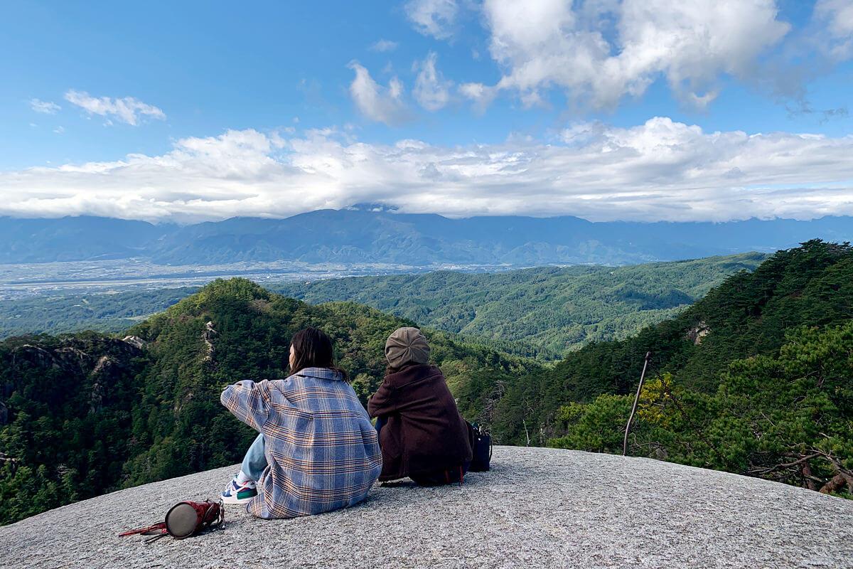 昇仙峡・弥三郎岳山頂。左から宮澤佐江、河西智美 ©TBS