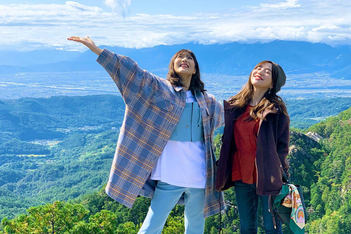 昇仙峡にて。左から宮澤佐江、河西智美 ©TBS