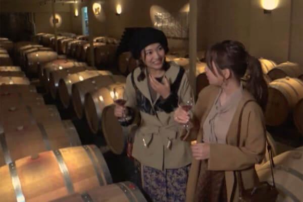 まるき葡萄酒。左から宮澤佐江、河西智美 ©TBS